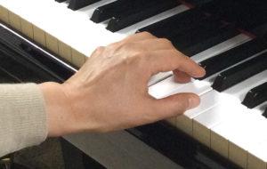 アラベスク 和音を弾くときの左手の写真